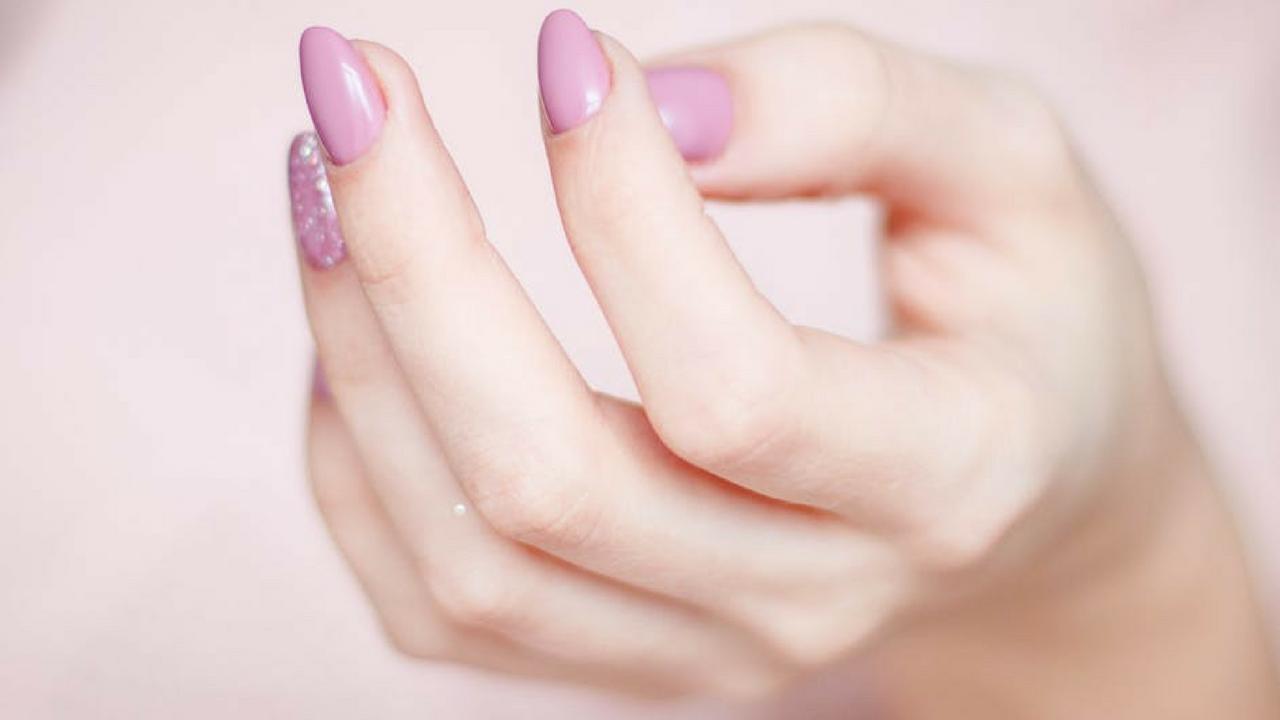 wypadanie wlosow lamanie paznokci