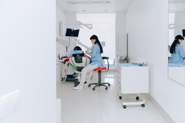 Elektroniczne sprzęty w gabinecie stomatologicznym