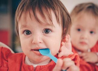 Jak nauczyć dziecko jedzenia łyżeczką